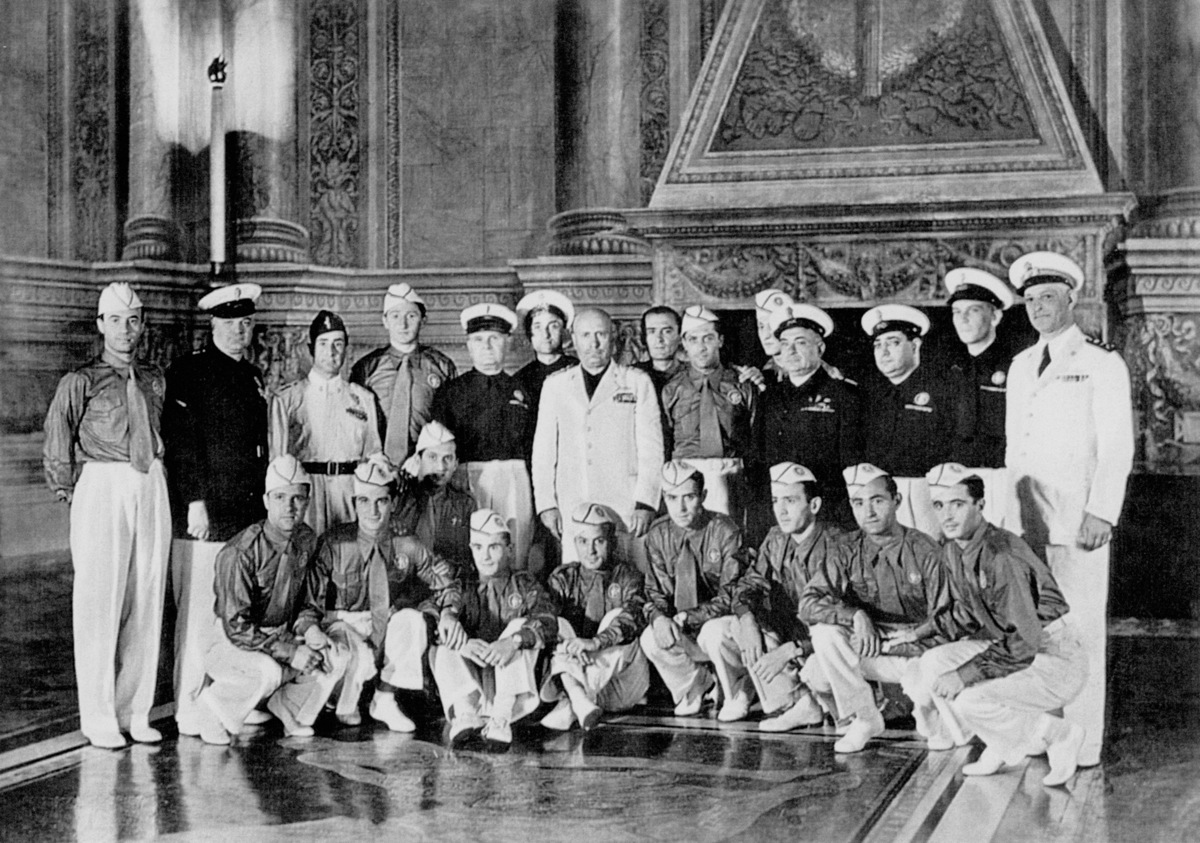 The victorious Italy team with dictator Benito Mussolini (back row, c)