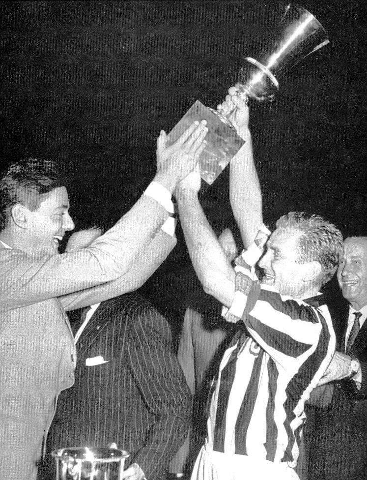 Il presidente Umberto Agnelli e il capitano Boniperti sollevano la Coppa Italia 1959-1960