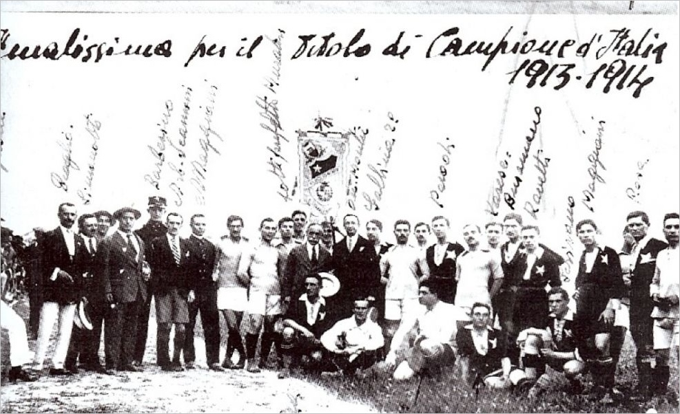 La foto della finalissima contro la Lazio del luglio 1914, vinta dal Casale per 7-1. Con la cravatta regimental e i pantaloni corti l'arbitro Scamoni, avvocato torinese.