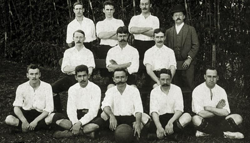Charles Miller, al centro seduto, posa con il Sao Paulo Athletic Club nel 1904