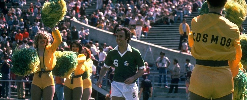 L'ingresso in campo di Beckenbauer tra le majorettes