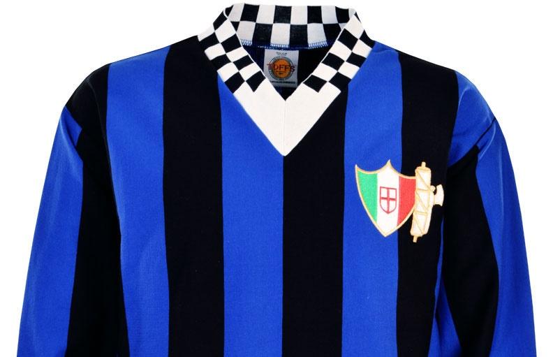 La maglia dell'Ambrosiana-Inter, con il collo a scacchi bianconeri per ricordare i colori sociali dell'ex US Milanese
