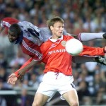 Manchester United forward Teddy Sheringham (R) tri