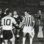 Aek Atene – Juventus 0-1, ritorno semifinale Coppa Uefa, Papaioannu e Furino scambiano i gagliardetti