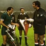 Athletic Bilbao – Juventus 2-1, finale Coppa Uefa 1976-77 (ritorno), lo scambio dei gagliardetti tra Furino e Iribar