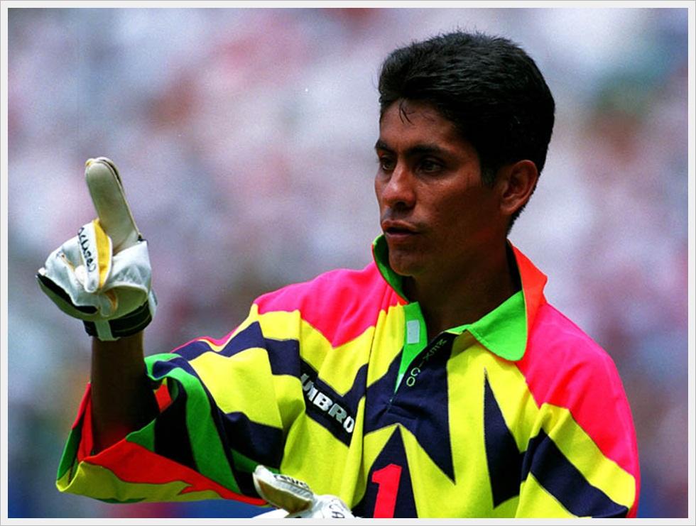 Il portiere messicano Jorge Campos, famoso per le sue sgargianti tenute da gioco