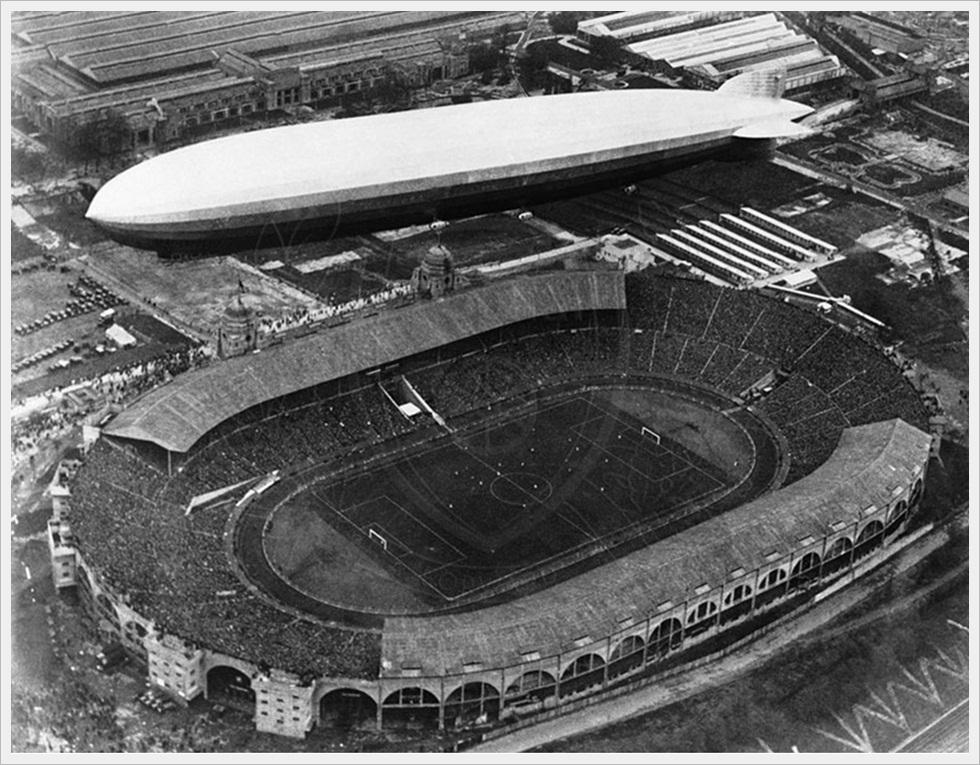 26 aprile 1930: Il dirigibile Zeppelin in volo sopra il Wembley Stadium  durante la finale della FA Cup tra Huddersfield e Arsenal