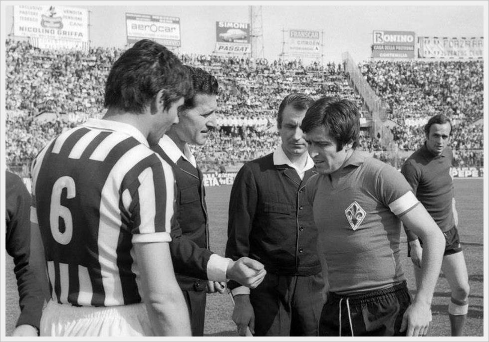 Stagione '73/74: Juventus-Fiorentina 3-1. Salvadore e De Sisti con l'arbitro Lo Bello, alla sua ultima direzione