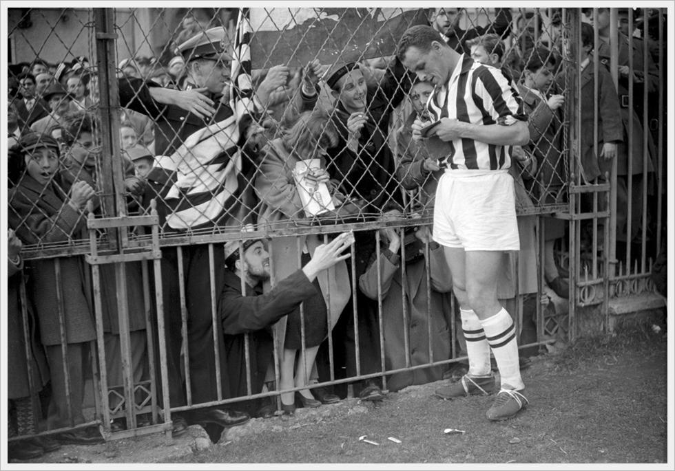 Eroi di un'altra epoca: John Charles forma autografi per i tifosi della Juventus
