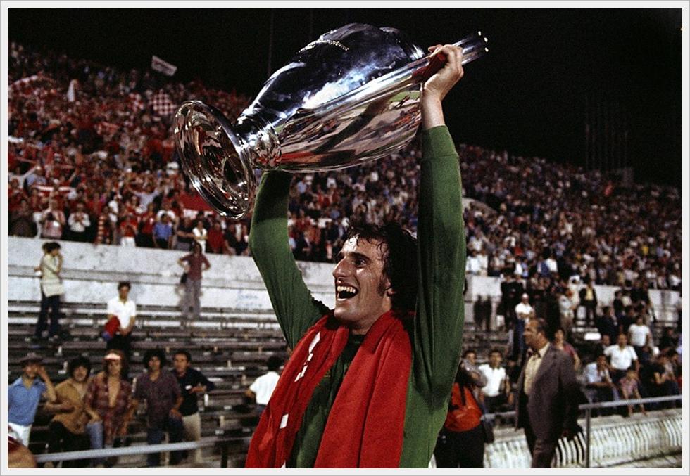 Il portiere del Liverpool Ray Clemence alza la Coppa Campioni 1977