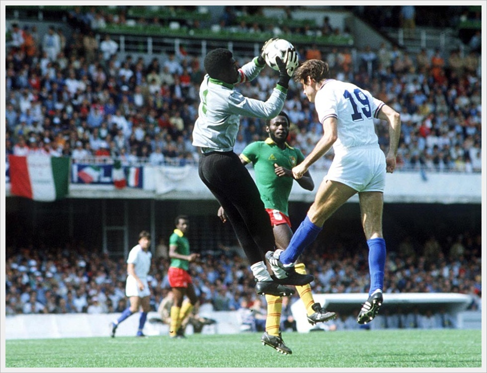 N'Kono in uscita su Graziani. Una fase di Italia-Camerun 1-1, Mondiali 1982