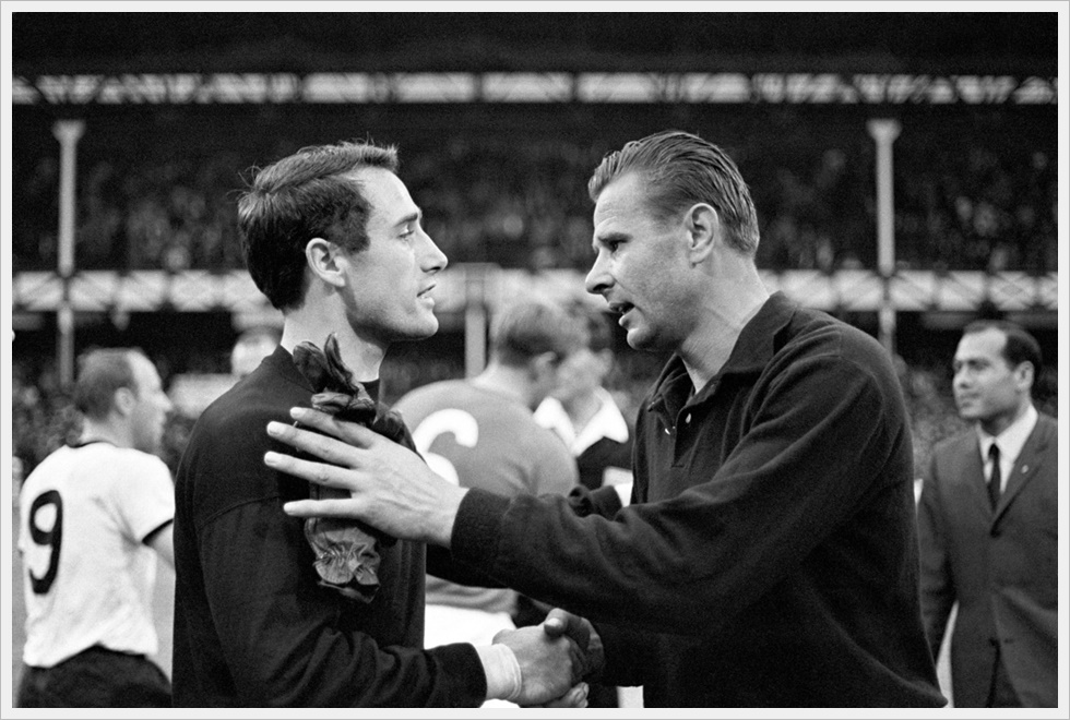 Mondiali 1966: Lev Yashin si congratula con portiere della Germania Ovest Hans Tilkowski
