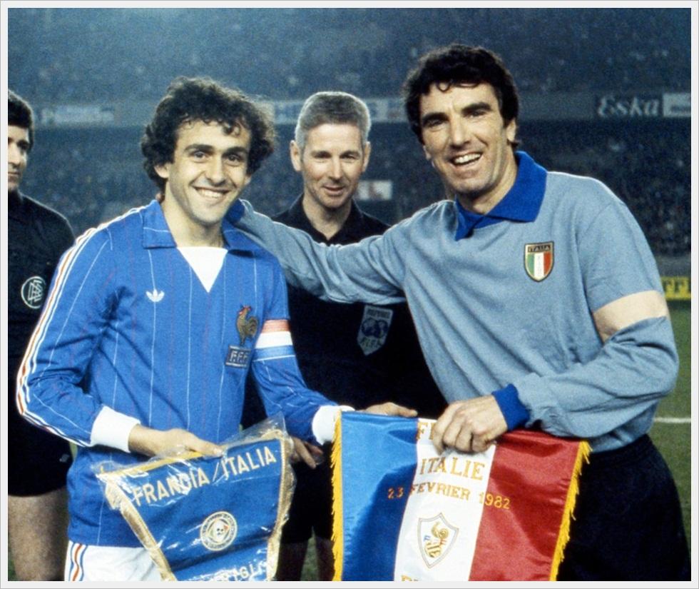 23 febbraio 1982 - Francia-Italia 2-0: i capitani Platini e Zoff con l'arbitro Eschweiler