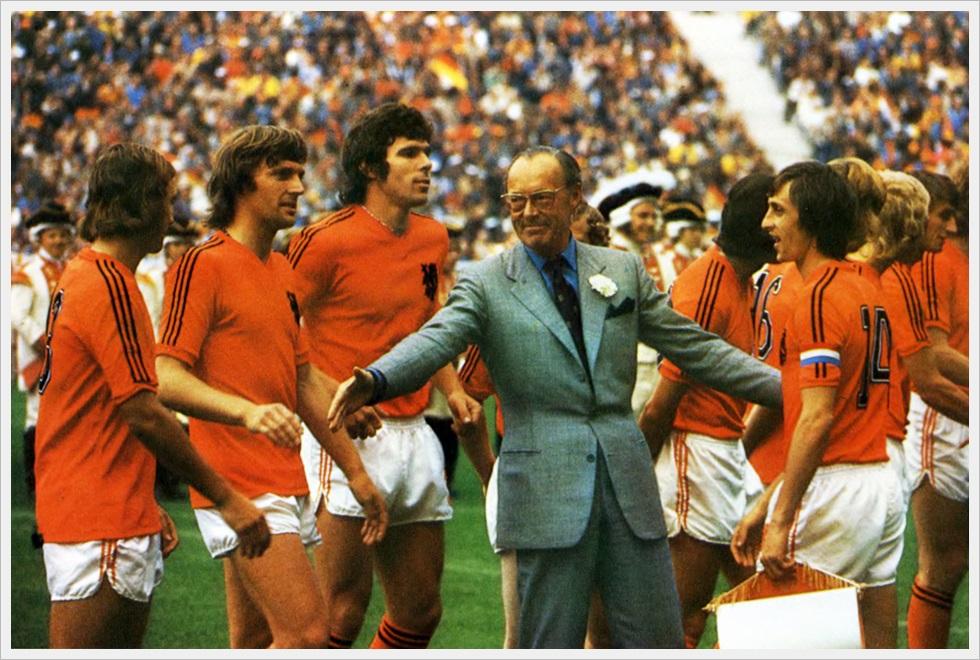 Finale Mondiali 1974: il principe olandese Bernhard con gli Orange prima del match