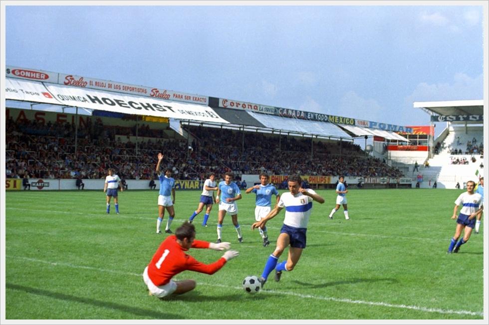 Toluca, 11 giugno 1970. Visoker in uscita su Riva in una fase di Italia-Israele 0-0