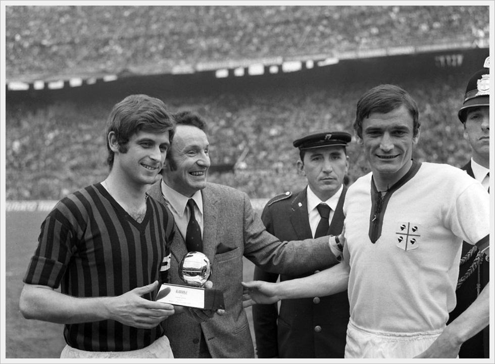 Gianni Rivera, con Gigi Riva prima di Milan-Cagliari 0-0, riceve il Pallone d'Oro 1969