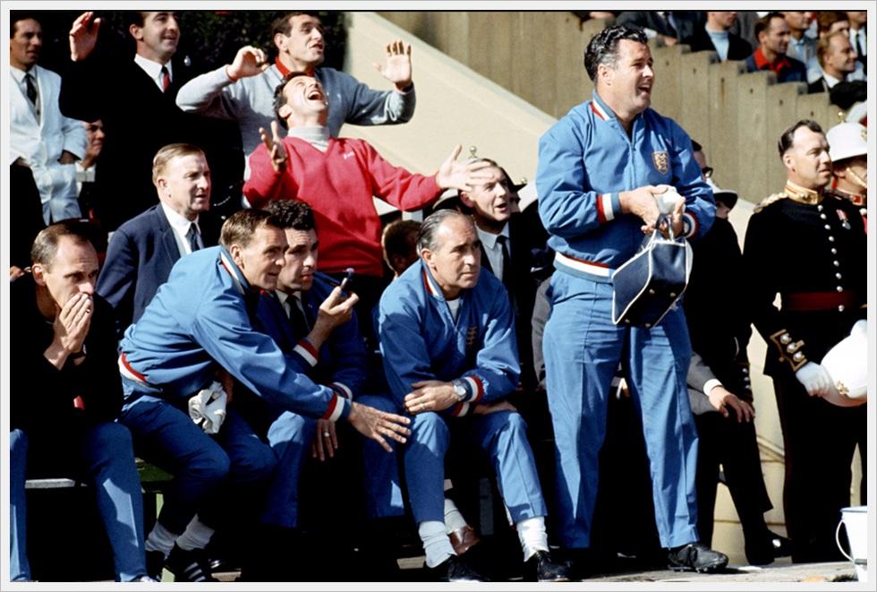 Mondiali 1966: il manager inglese Alf Ramsey (seduto al centro) e il suo aiutante Harold Sheperdson (in piedi a destra)
