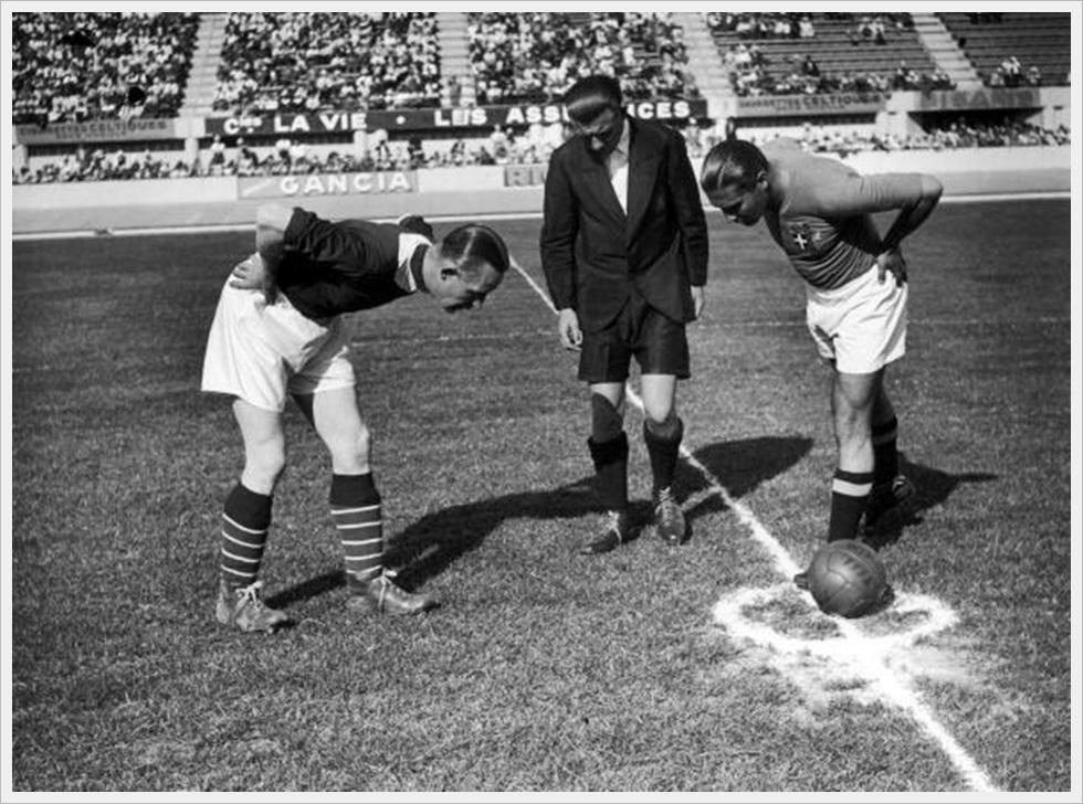 5 giugno 1938 - Italia-Norvegia 2-1: i capitani Eriksen e Meazza con l'arbitro Beranek