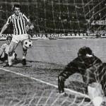 Juventus – AEK Atene 4-1, andata semifinale Coppa Uefa, Bettega spinge in rete il goal del 4-1 finale