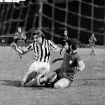 Juventus – Athletic Bilbao 1-0, Coppa Uefa 1976-77 (finale d-andata) – Bettega anticipato da Guisasola a pochi metri dalla porta