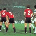 Juventus – Manchester United 3-0, Coppa Uefa 1976-77, Causio si appresta a battere la punizione dalla quale scaturisce il 2-0
