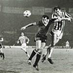 Juventus – Manchester United 3-0, ritorno sedicesimi Coppa Uefa 1976-77, Bettega sovrasta il difensore avversario