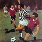 Juventus – Manchester United 3-0, ritorno sedicesimi Coppa Uefa 1976-77, Boninsegna contrastato da un avversario