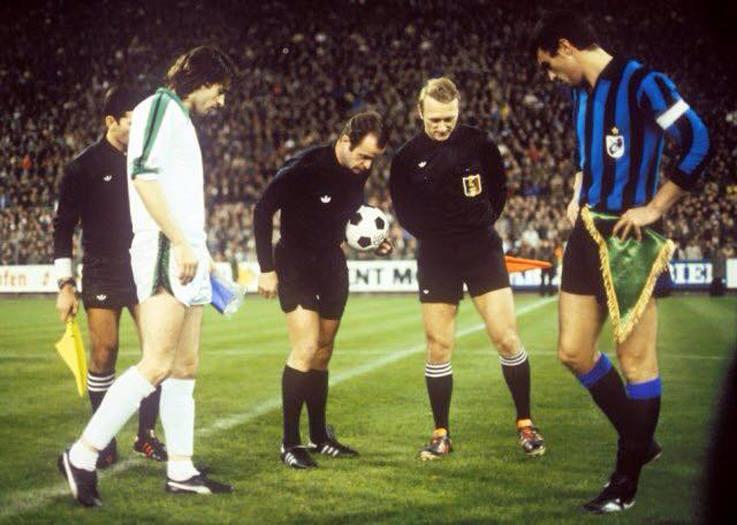 Borussia Mönchengladbach - Inter 1-1, andata sedicesimi Coppa Uefa, Kulik e Bini, a centrocampo prima del match
