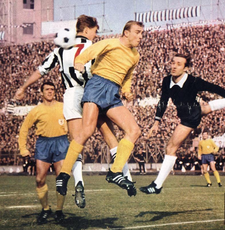 """Una fase dell'incontro fra gl'italiani della Juventus e i tedeschi d'Occidente dell'Eintracht Braunschweig, valevole per il ritorno dei quarti di finale della Coppa dei Campioni 1967-1968, giocato il 28 febbraio 1968 allo stadio """"Comunale"""" di Torino e vinto 1-0 dai bianconeri."""
