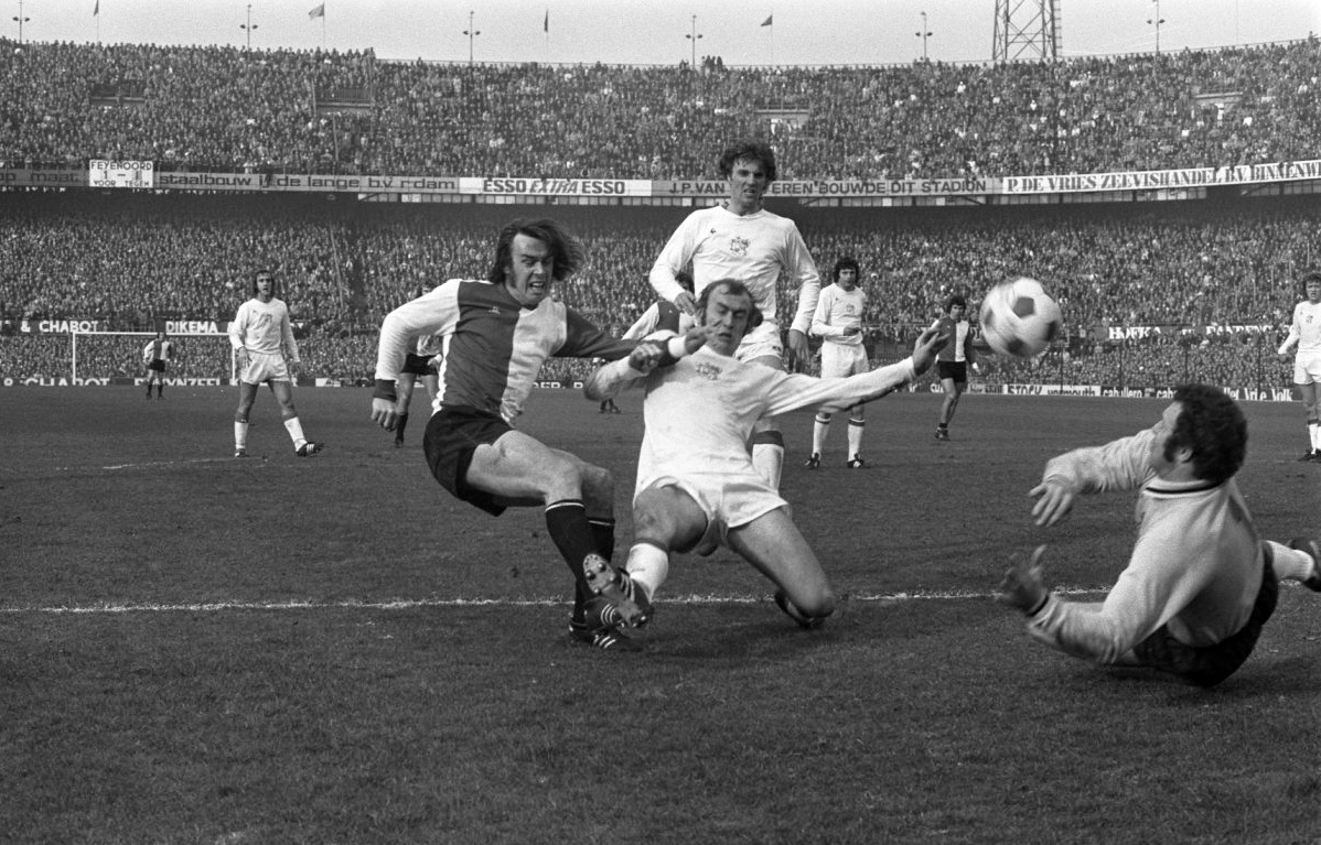 Peter Ressel realizza la rete del 2-0 nella finale di ritorno a Rotterdam