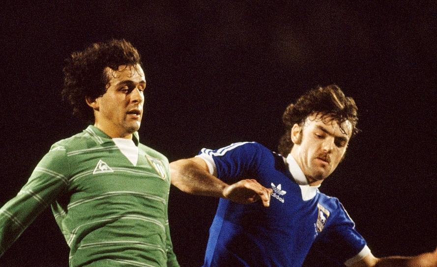 Platini e Wark in un momento del match tra Ipswich e Saint Etienne vinto dagli inglesi per 3-1