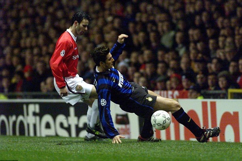L'Inter esce ai quarti contro il Manchester United. Sopra, Giggs e Zanetti all'Old Trafforf