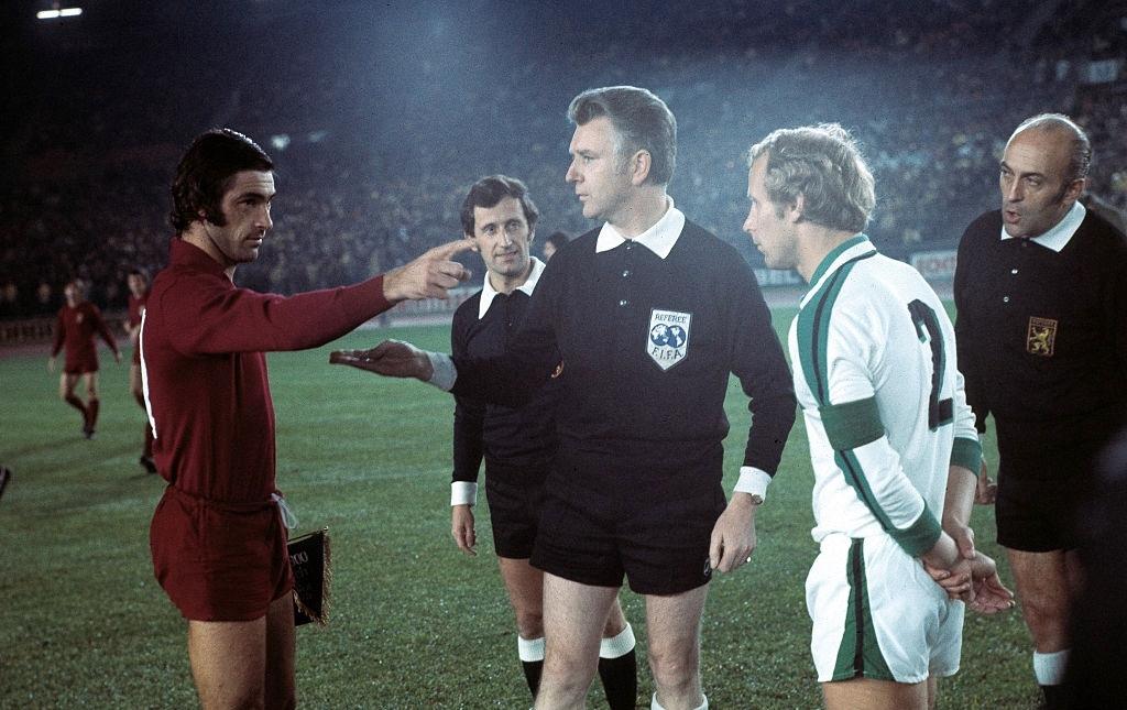 Paolino Pulici e Vogts sotto gli occhi dell'arbitro belga Alfred Delcourt