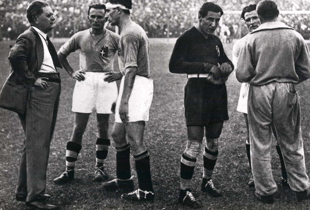 Pozzo dà indicazioni ai suoi giocatori prima dei supplementari di Italia-Cecoslovacchia, finale della Coppa Jules Rimet 1934.