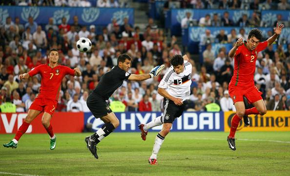 Spettacolare la sfida tra Germania e Portogallo. Nella foto la rete di Ballack