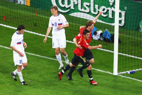 La Spagna spadroneggia nel Gruppo D. Nella foto Fernando Torres e David Villa nel match contro la Russia