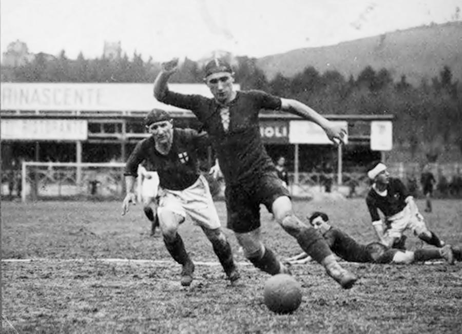 Bologna - Milan 4-1, 6 marzo 1927. Schiavio sfugge a Schienoni al vecchio Campo Sterlino.