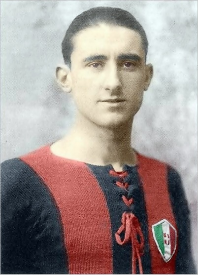 Angelo Schiavio con lo scudetto di campione d'Italia 1924-1925.