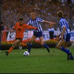 Maurice Malpas of Dundee United gets to the ball before two IFK Gothenburg players