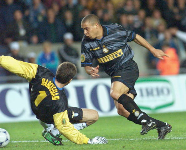 Inter Milan's Brazilian forward dribbles past Lazi
