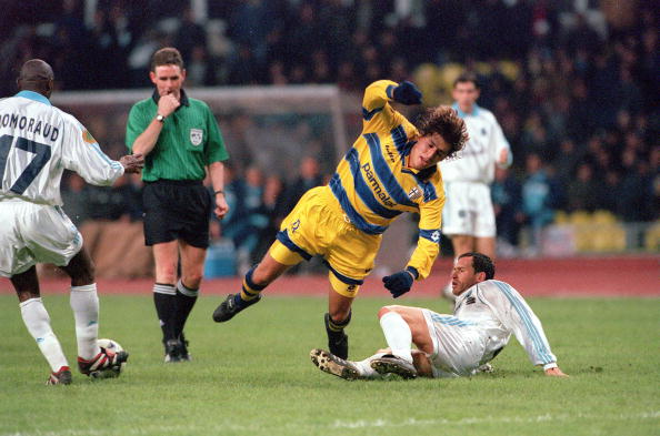 Football. 1999 UEFA Cup Final. Moscow. 12th May, 1999. Parma 3 v Marseille 0. Parma's Hernan Crespo appears to trip as Marseille win the ball back.