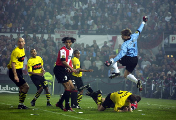 PF Football. UEFA Cup Final. Rotterdam. Holland. 8th May 2002. Feyenoord 3 v Borussia Dortmund 2. Feyenoord goalkeeper Edwin Zoetebier clears the ball