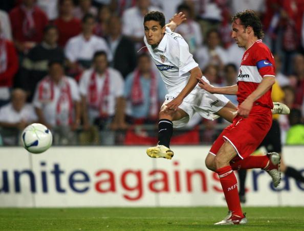 Sevilla's Spanish forward Jesus Navas (C