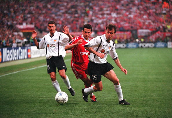 Football. UEFA Champions League Final. Milan, Italy. 23rd May 2001. Bayern Munich 1 v Valencia 1. (Bayern win 5-4 on penalties). Valencia's Amedeo Carboni, right, is put under pressure by Bayern Munich's Hasan Salihamidzic, as Kily Gonzalez looks on.