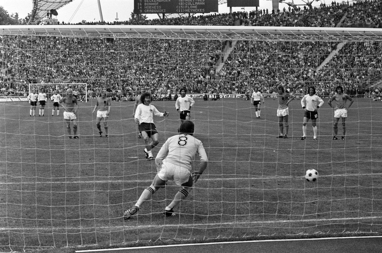 wchd-1974-finale-rigore-breitner