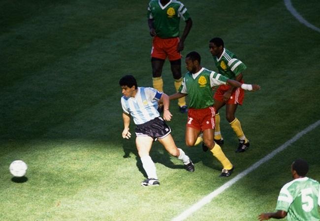 Camerun-Argentina 1-0; Maradona accerchiato