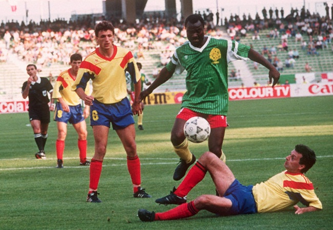 Camerun-Romania 2-1; Mircea Rednic tenta di bloccare Roger Milla