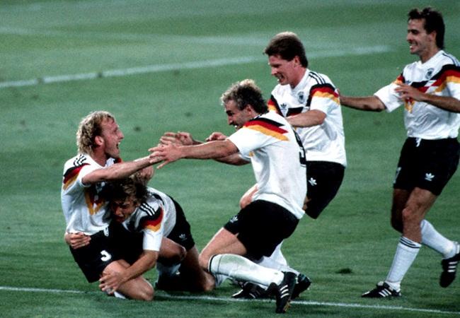 Germania-Argentina 1-0; la gioia teutonica dopo la rete di Brehme
