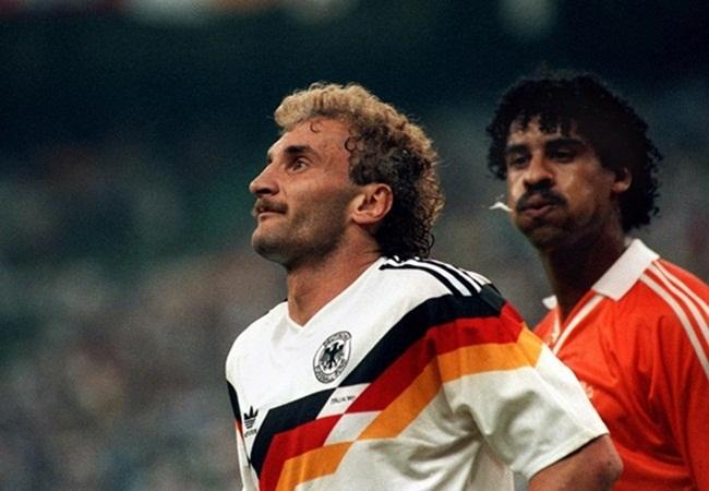 Germania-Olanda 2-1; lo sputo di Rijkaard a Voeller
