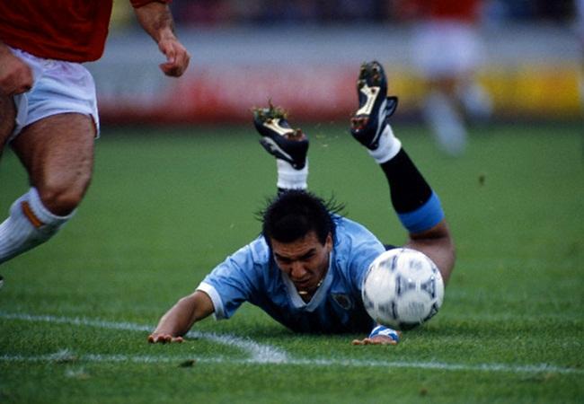 Uruguay-Spagna 0-0; atterraggio di Ruben Sosa